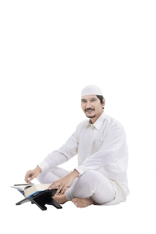 Młodzi ludzie azji muzułmańskich czytanie koranu