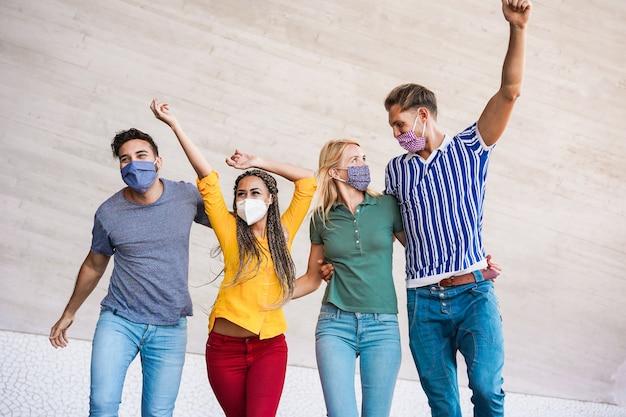 Młodzi ludzie bawią się na ulicach miasta podczas wybuchu koronawirusa