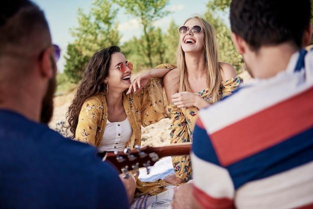 Młodzi ludzie bawią się razem na plaży