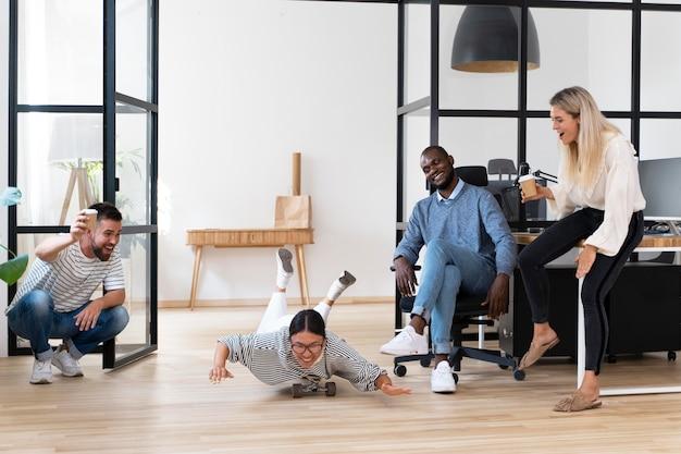 Młodzi ludzie bawią się w przerwie w pracy