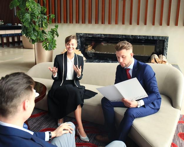 Młodzi ludzie biznesu mają spotkanie w sali konferencyjnej.