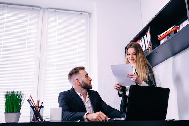 Młodzi ludzie biznesu omawiania dokumentów w biurze.