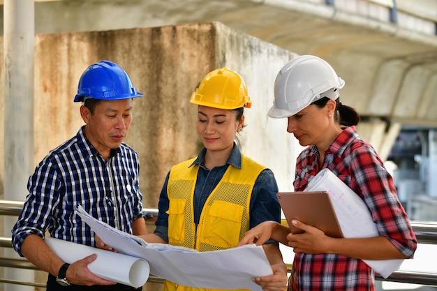 Młodzi ludzie biznesu planują budowę