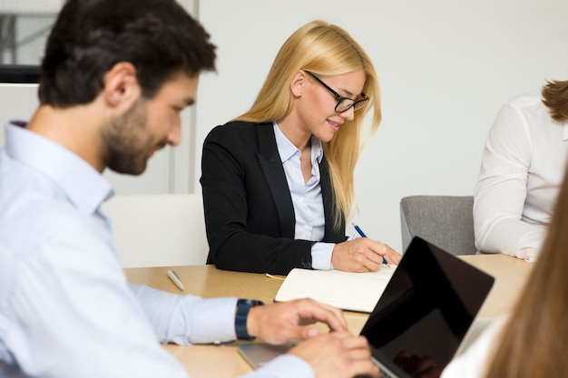 Młodzi ludzie biznesu pracujący w biurze