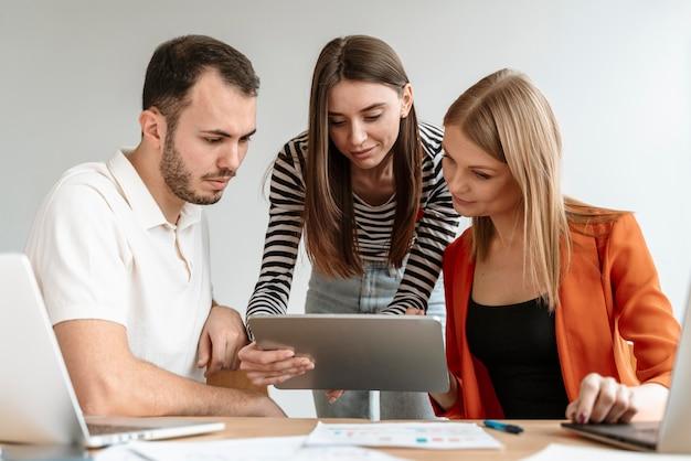Młodzi ludzie biznesu pracujący