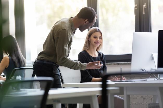 Młodzi ludzie biznesu pracuje w zespole razem