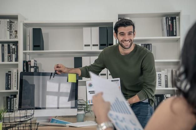 Młodzi ludzie biznesu są prezentowani klientowi w biurze w sali konferencyjnej