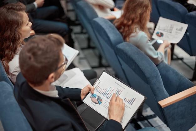Młodzi ludzie biznesu słuchają wykładu o rozwoju biznesu