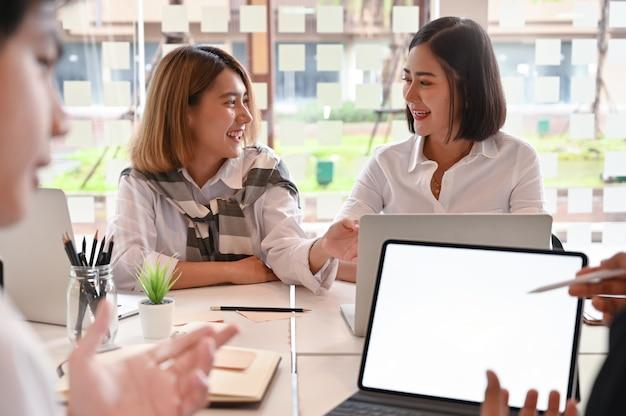 Młodzi ludzie biznesu spotykają się z nowym projektem biznesowym.