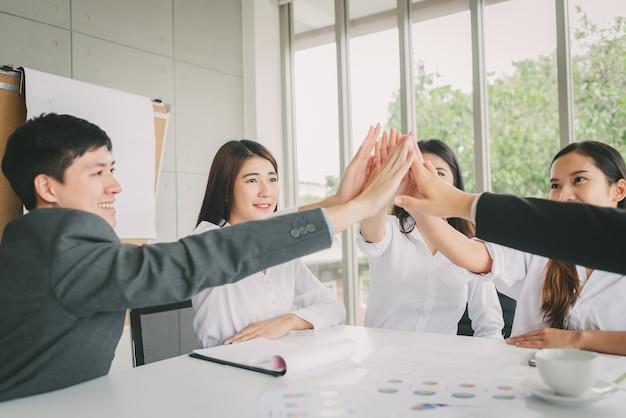 Młodzi ludzie biznesu świętują sukces