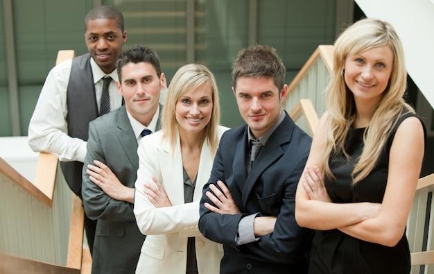 Młodzi ludzie biznesu z założonymi rękami