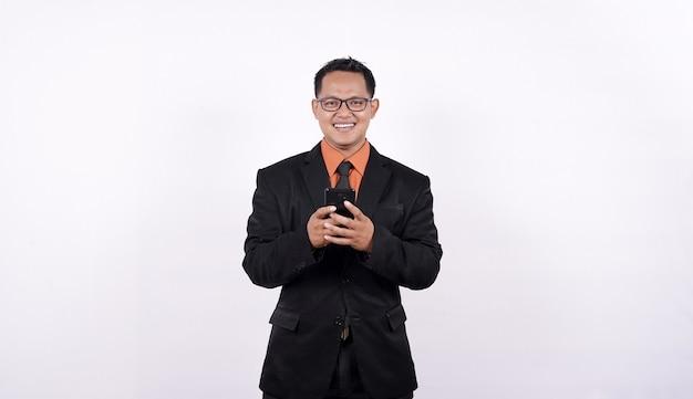 Młodzi ludzie biznesu za pomocą smartfonów na białym tle