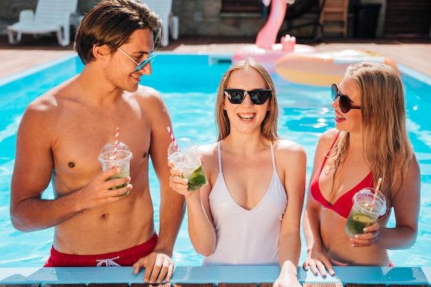 Młodzi ludzie cieszący się wakacjami na średnim poziomie