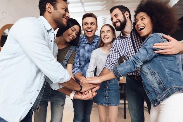 Młodzi ludzie demonstrują jedność zespołu.
