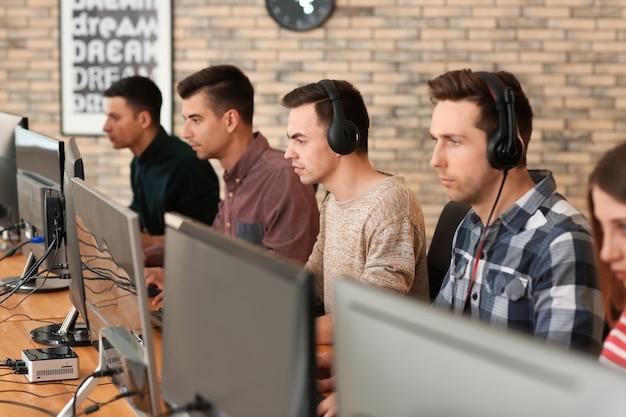 Młodzi ludzie grają w gry wideo na turnieju