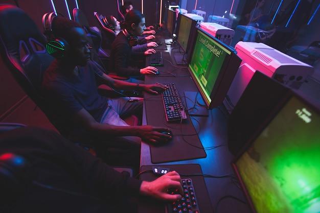 Młodzi ludzie grający w gry komputerowe