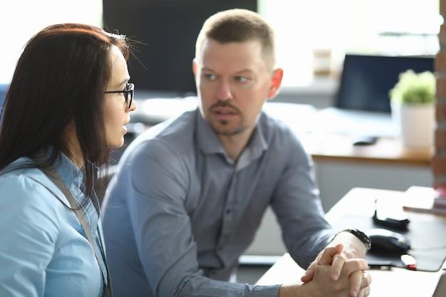 Młodzi ludzie komunikują się na zbliżeniu w miejscu pracy