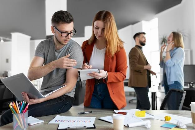 Młodzi ludzie mają spotkanie robocze w biurze