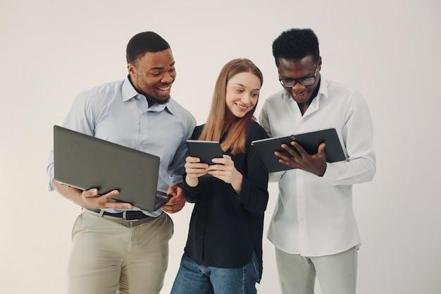 Młodzi ludzie międzynarodowi współpracujący i korzystający z laptopa