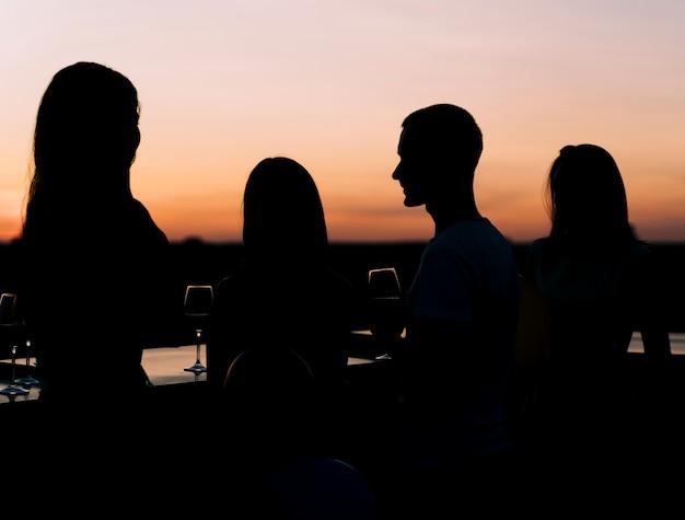 Młodzi ludzie na imprezie na dachu