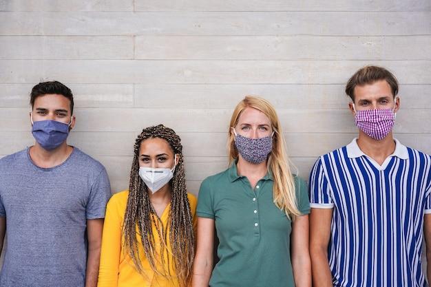 Młodzi ludzie noszący maski ochronne na twarz w celu zapobiegania koronawirusom