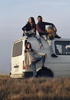 Młodzi ludzie podróżują minibusem