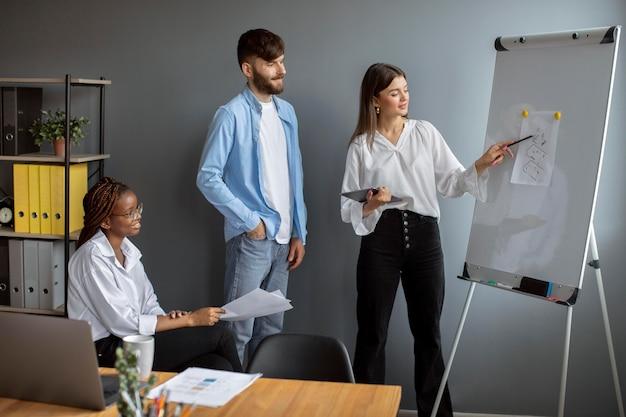 Młodzi ludzie pracujący razem w startupowej firmie