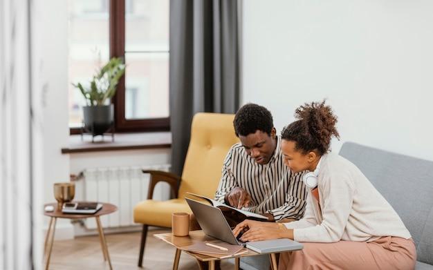 Młodzi ludzie pracujący w nowoczesnym miejscu