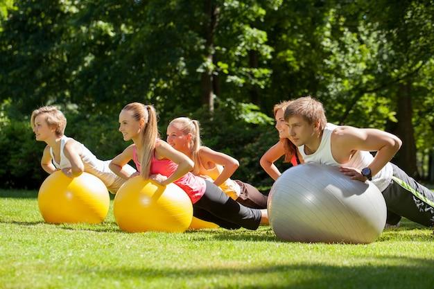Młodzi ludzie pracujący w parku