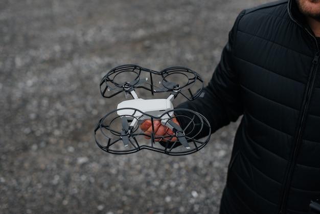 Młodzi ludzie przygotowują drona do lotu. konfiguracja drona.