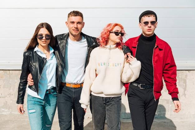 Młodzi ludzie, przytulanie i chodzenie po ulicy razem