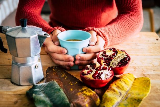 Młodzi ludzie robią śniadanie w domu z kawą w koncepcji sceny jesiennej kompozycji