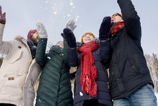 Młodzi ludzie rzucają śnieg