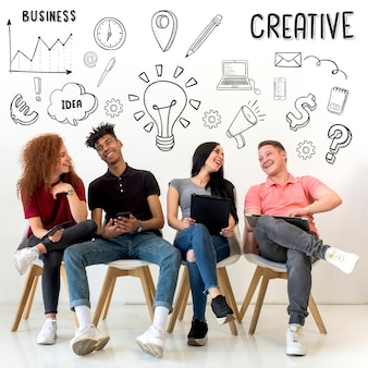Młodzi ludzie siedzący na siedzeniu z kreatywnych rysowane ikony w tle