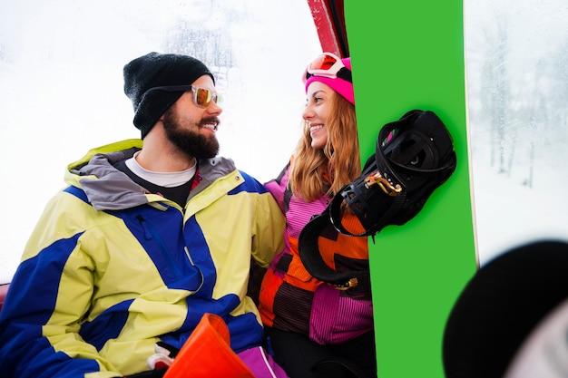 Młodzi ludzie spędzają czas zimą