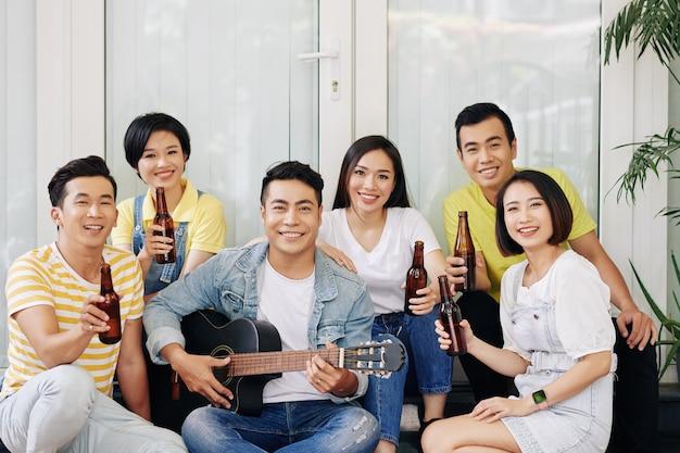 Młodzi ludzie śpiewają na imprezie