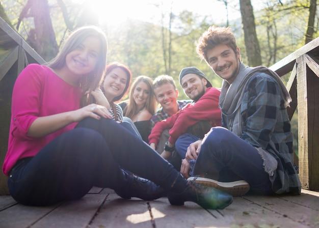 Młodzi ludzie świetnie się bawią