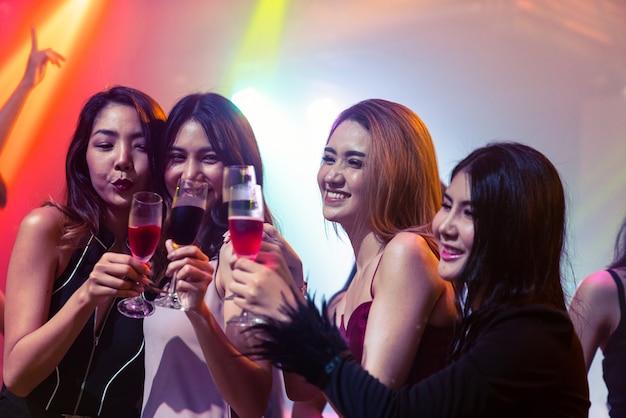Młodzi ludzie świętują przyjęcie, drinka i taniec