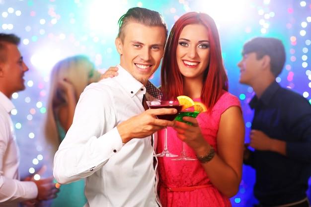 Młodzi ludzie tańczą na imprezie