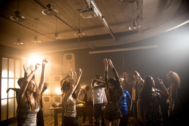 Młodzi ludzie tańczą w klubie