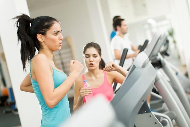 Młodzi ludzie trenują na siłowni