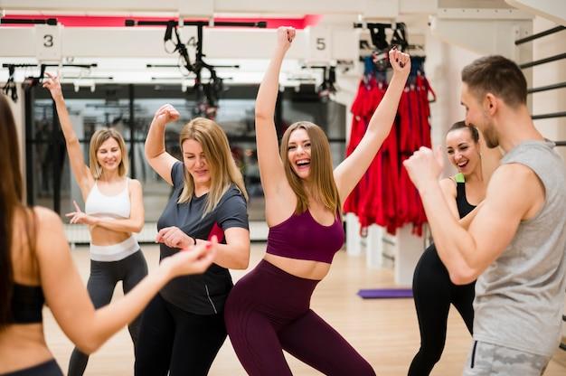 Młodzi ludzie trenują razem na siłowni