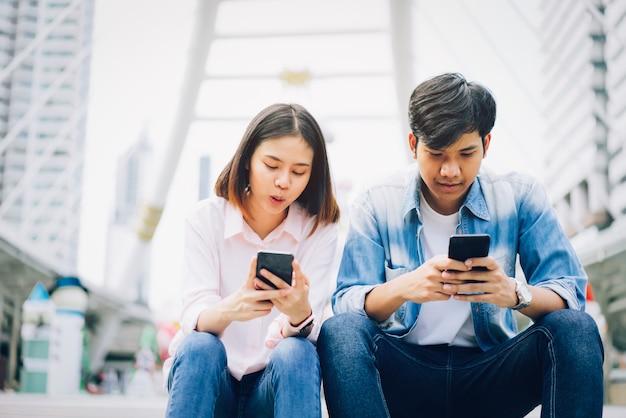 Młodzi ludzie używają smartfona