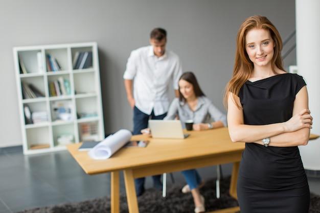 Młodzi ludzie w biurze