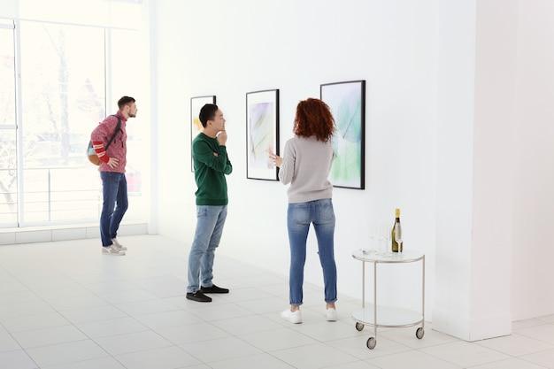Młodzi ludzie w sali galerii sztuki współczesnej