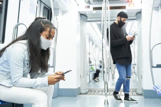 Młodzi ludzie w transporcie publicznym uprowadzeni przez technologię.