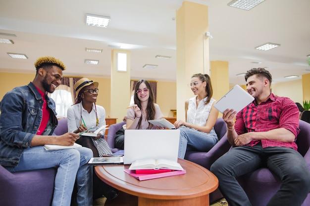 Młodzi ludzie współpracują z gadżetami