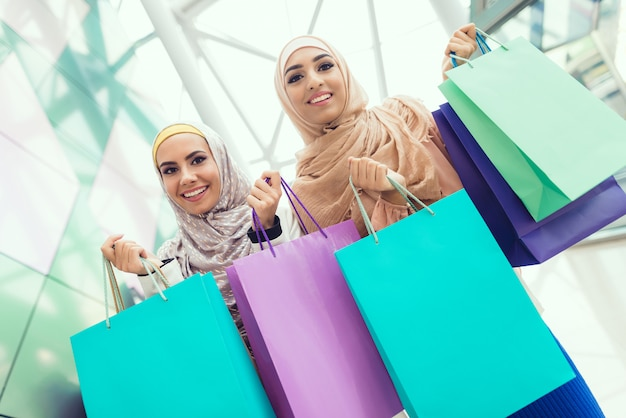 Młodzi ludzie z pakietów stojących w centrum handlowym.