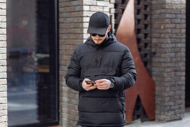 Młodzi ludzie z telefonem komórkowym