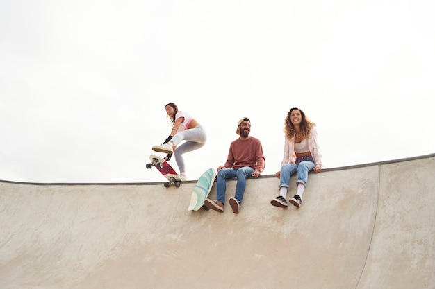 Młodzi łyżwiarze w skateparku